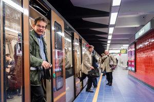 Cestujúci vystupujú z vlaku na stanici metra Maelbeek.