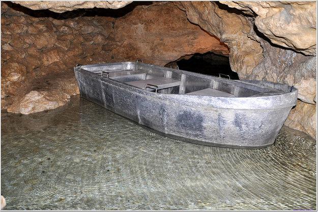 Cez podzemné jazero v Tapolca sa dá plaviť na člnoch.