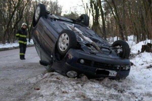 Takto skončilo jedno z prevrátených áut.