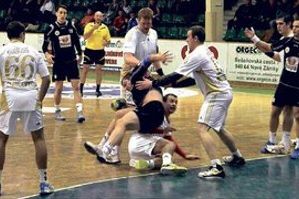 Novozámčania (v čiernom) dosiahli proti Michalovciam až prekvapujúco presvedčivé víťazstvo,