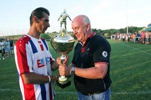 Putovný pohár odovzdal Štefan Korman Tiborovi Hercegovi z Paty.