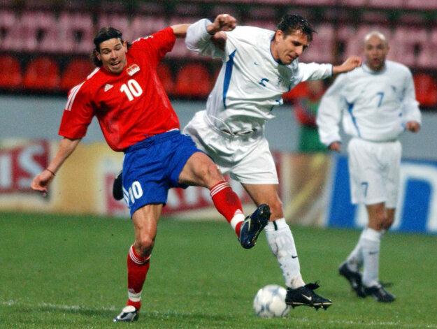 Igor Demo (v strede) je bývalým slovenským reprezentantom. Na snímke z 2. apríla 2003 bojuje o loptu v kvalifikačnom stretnutí o postup na ME 2004 s hráčom Lichtenštajnska Mariom Frickom.