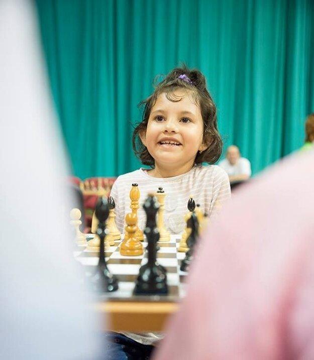 Agátka má iba sedem, no šachom rozumie.
