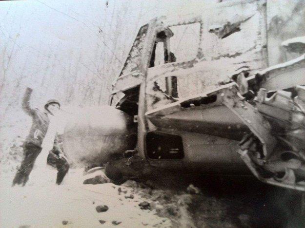 Dobová fotografia pri spadnutom ruskom lietadle.