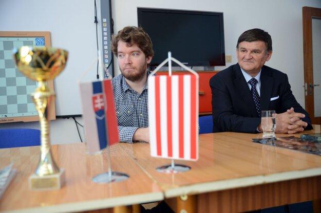 Splnomocnenec vlády Ábel Ravasz (vľavo) s prezidentom Slovenského šachového zväzu Františkom Jablonickým