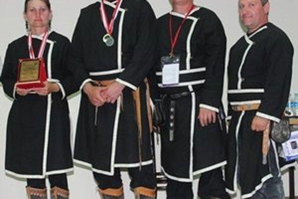 Členovia skupiny historickej lukostreľby.