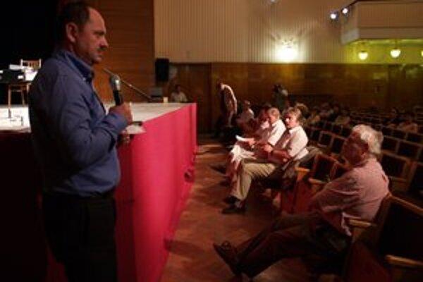 Bývalý minister pôdohospodárstva Zsolt Simon a vedenie Komárna si argumenty hádzali ako horúci zemiak.