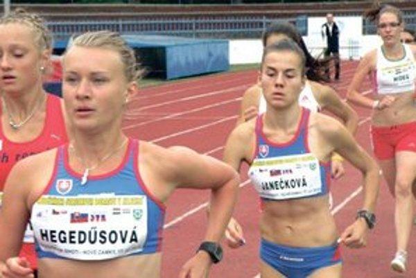 K. Hegedusová a L. Janečková, hrdinky pretekov na 3000 metrov.