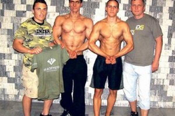 Komárňanskí kulturisti Zľava tréner Habardík, Engel, Hano, predseda klubu Papp.