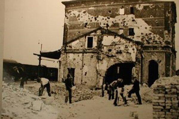 Železničná stanica bola celá v ruinách.