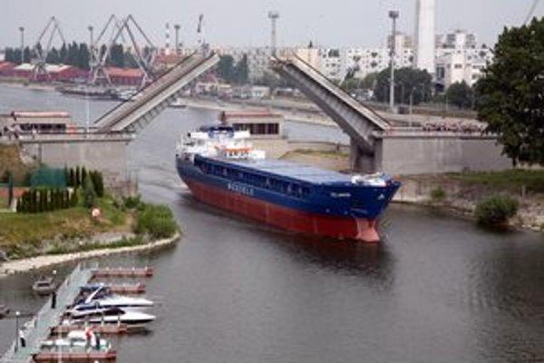 Jedna z lodí opúšťa komárňanské lodenice.