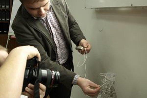 Lekár M. Melišek ukazuje, kam vedie katéter z pumpy.
