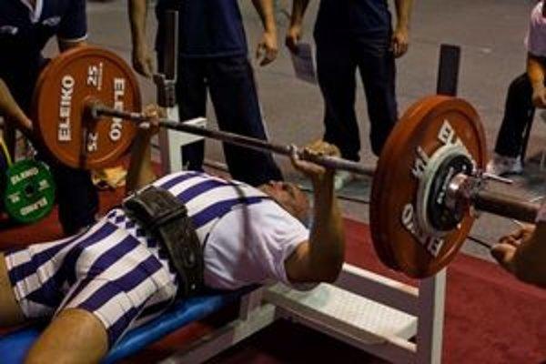 Novozámčan počas disciplíny tlak na lavičke na súťaži v Trnave.