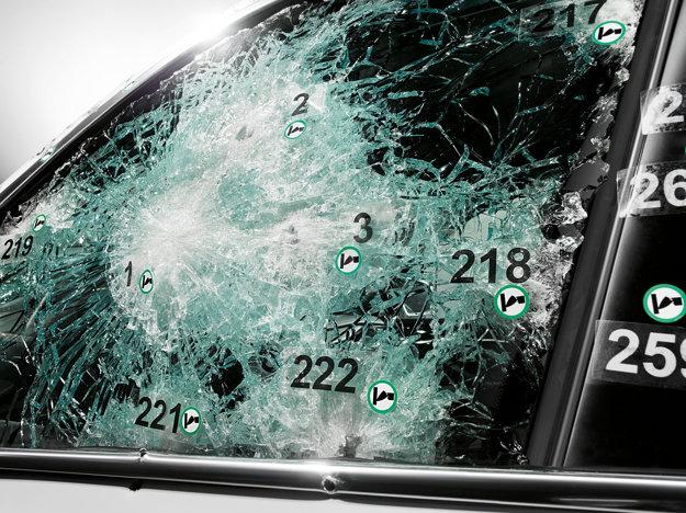 Viacvrstvé sklo BMW X5 Security Plus po laboratórnej skúške odolnosti. Nepriestrelnosť pancierových áut je kontrolovaná v nezávislých skúšobniach. Auto by pri testovaní malo odolať 400 výstrelom.