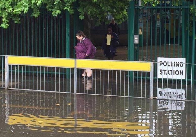 Na niektorých miestach komplikujú hlasovanie záplavy.