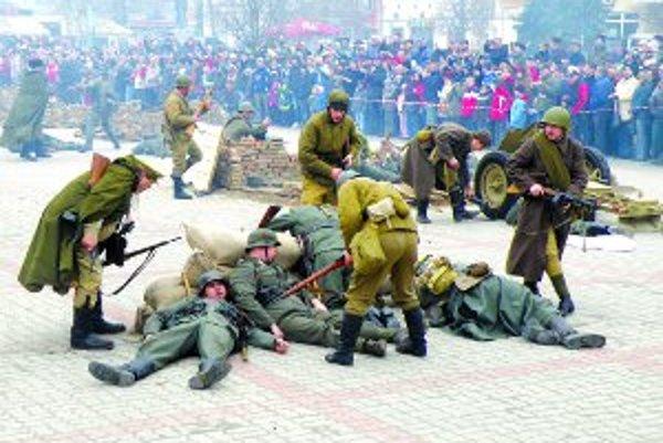 Záverečný útok. Sobotnajšie boje na námestí mali veľkú divácku kulisu.