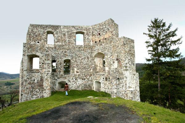 Pri zrúcanine hradu pripravuje obec vatru.