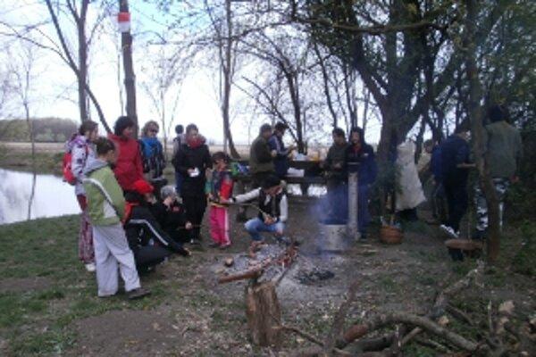 Poľovnící na záver brigády žiakov aj pohostili.