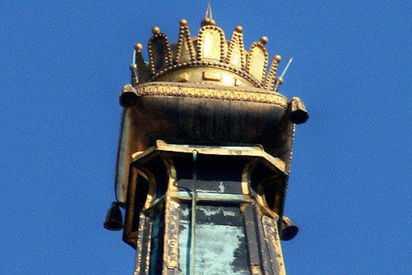 Na pamiatku korunovácie uhorských kráľov vo vtedajšom Prešporku je na veži bratislavského Dómu sv. Martina namiesto kríža koruna.