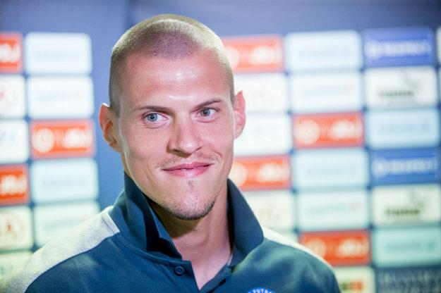 Martin Škrtel vo štvrtok predstúpil pred novinárov s golierom dohora.