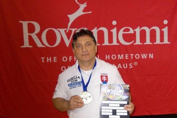 Peter Herák priniesol z ME v silovom trojboji dve medaily.