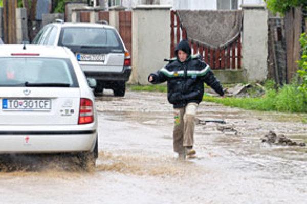 Obyvatelia niektorých obcí v Nitrianskom kraji prežívajú ďalšiu kritickú noc.