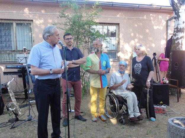 Zľava Ján Greššo, Stanislav Krošlák, Daniel Brogyányi, Jaroslav M. Kupčo aZdenka Kukanová počas otvorenia výstavy amostu.