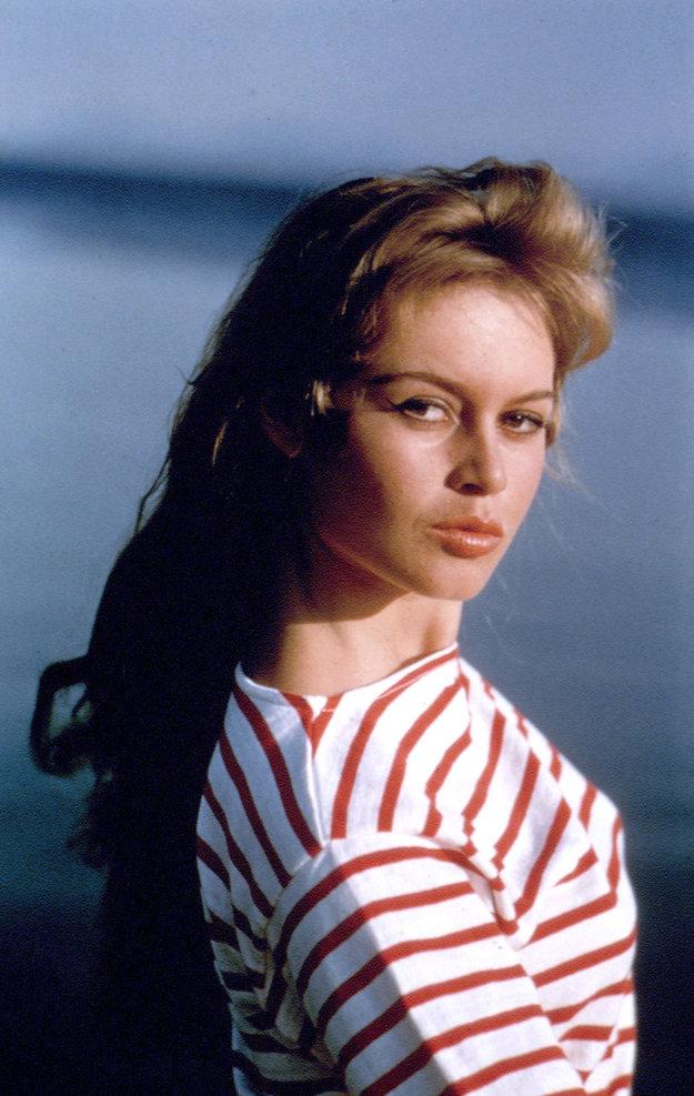 Pri správnom pnutí zvýraznia prúžky na ženskom tele vystupujúce krivky. V prípade Brigitte Bardotovej ani nemusia.