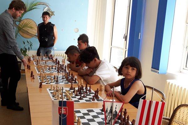Splnomocnenec vlády Ábel Ravasz (vľavo) podporil prácu šachového zväzu s deťmi a zahral si simultánku s piatimi rómskymi deťmi. Výsledok 3 : 2 v prospech detí rozhodla sedemročná Agáta Berková (v popredí).