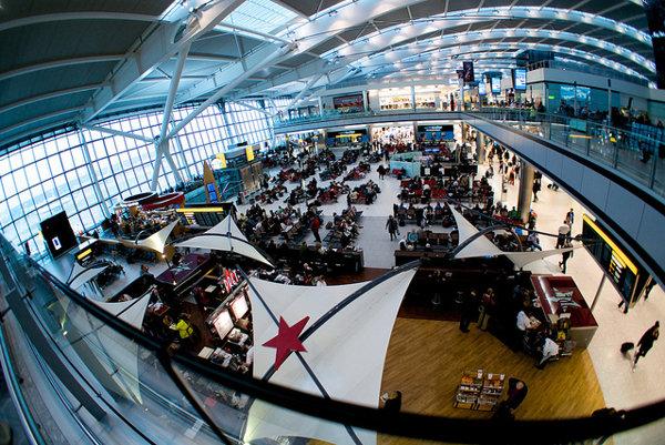 Jedna z odletových hál letiska Heathrow.