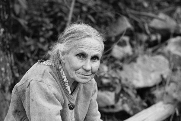 Zo série: Portrét dediny, ľudia z Kryvorivne, Kryvorivňa, Ukrajina 1993/súčasnosť.  Evdosia Sorochan, bývalá politická väzenkyňa, strávila 10 rokov v pracovných táboroch. Chcela byť odfotená v replike jej väzenského odevu, 1996.