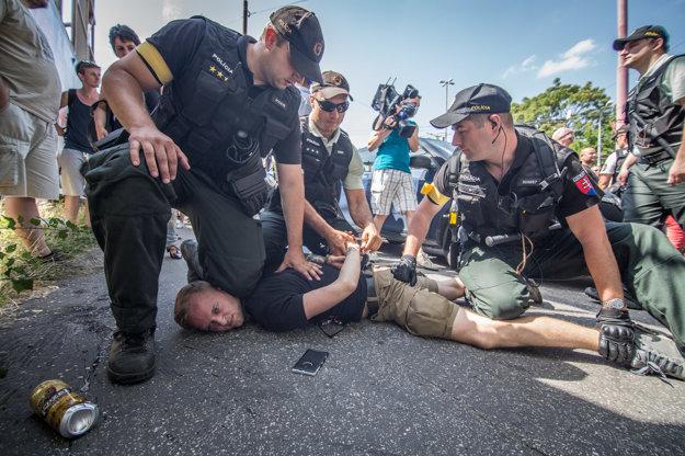Polícia počas zadržania účastníka protestného zhromaždenia Stop likvidácii Európy.