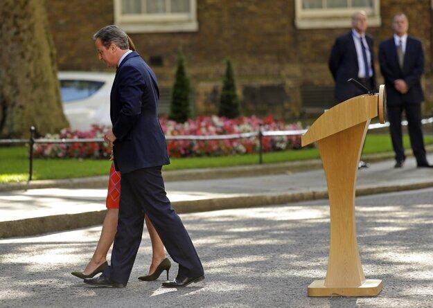David Cameron s manželkou po tlačovej konferencii.
