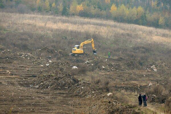 Foto z odstraňovania skládky odpadu, ktorá zostala po bývalej osade Letanovský mlyn.