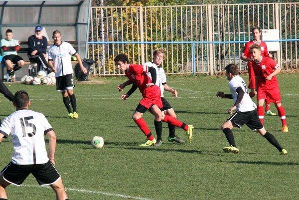 Futbalisti Šurian (v bielom) sa tešia z postupu do tretej ligy. Snímka je zo zápasu na pôde ČFK Nitra.