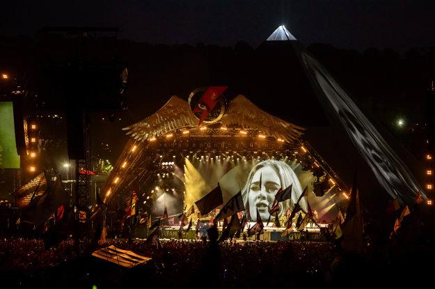 Tvár Adele bolo počas koncertu vidieť aj z diaľky.