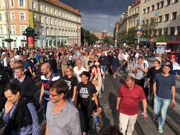 Demonštranti sa zhromaždiôi na námestí SNP, odkiaľ spoločne pochodujú pred bytový komplex Bonaparte.