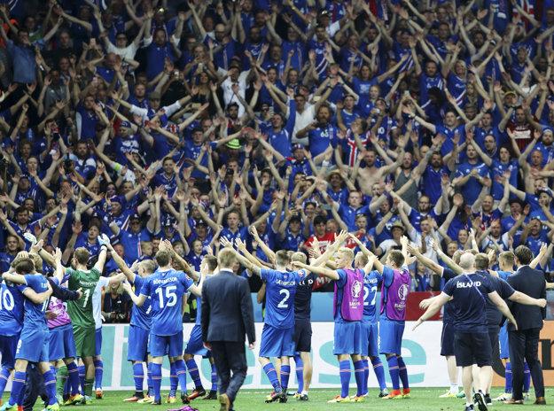 Hráči Islandu oslavujú s fanúšikmi.