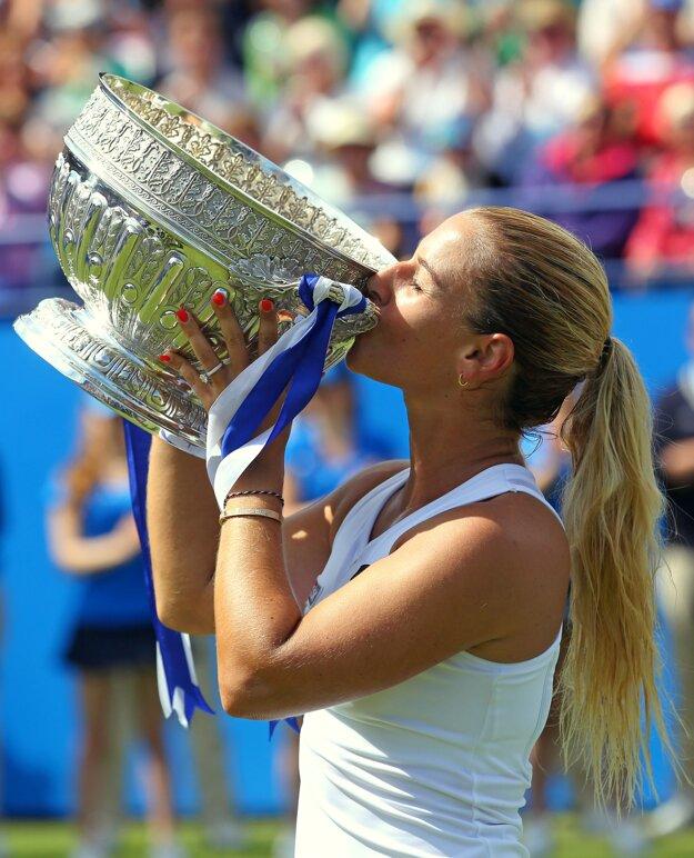 Dominika Cibulková bozkáva trofej za víťazstvo na turnaji v Eastbourne.
