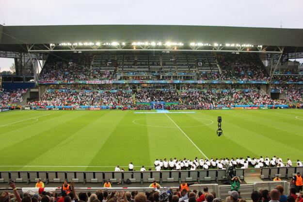 Pohľad na zaplnený štadión v St.-Étienne.