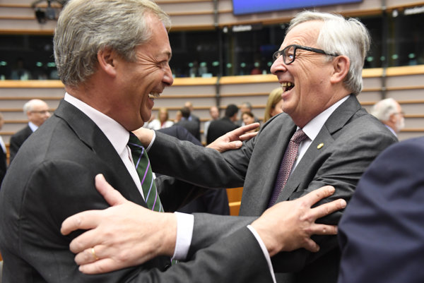 Zdá sa, že mimo oficiálnych rokovaní si šéf Európskej komisie Juncker (vpravo) s otcom brexitu Farageom rozumejú.