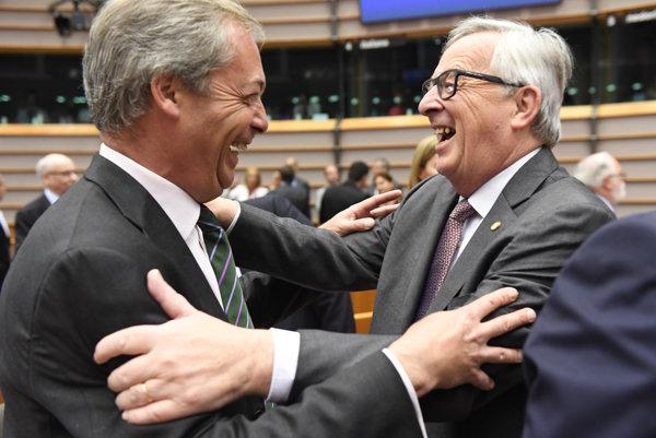 Juncker (vpravo) s Farageom.