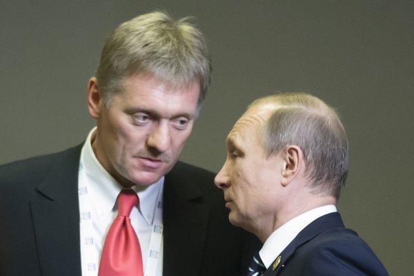 Ruský prezident Vladimir Putin (vpravo) a hovorca Kremľa Dmitrij Peskov.