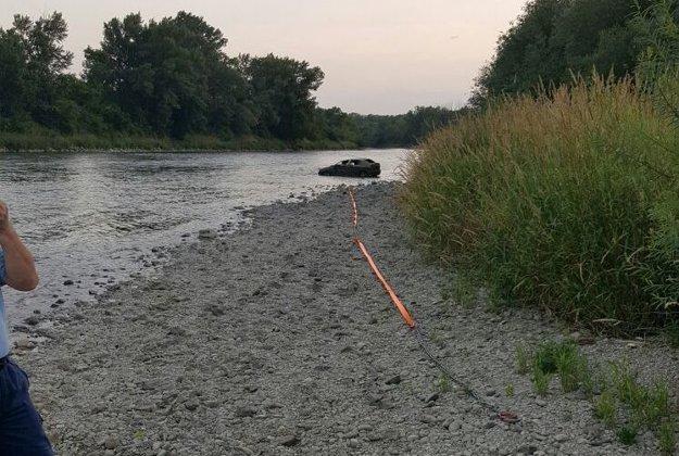 Auto sa nachádzalo asi sto metrov od bezpečného miesta na vytiahnutie.