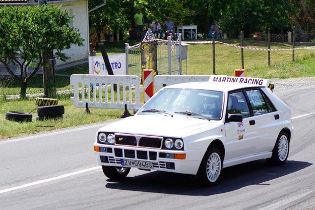 Tomáš Beník na svojej Lancii víťazom oboch dní v kategórii jazdy pravidelnosti historických vozidiel.