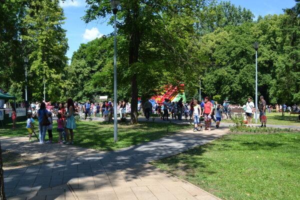 Prvé veľké podujatie zorganizovali v mestskom parku na Medzinárodný deň detí.