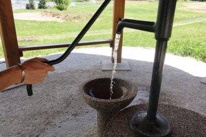 Prírodnú minerálnu vodu si môžu ľudia načerpať ručnou pumpou.