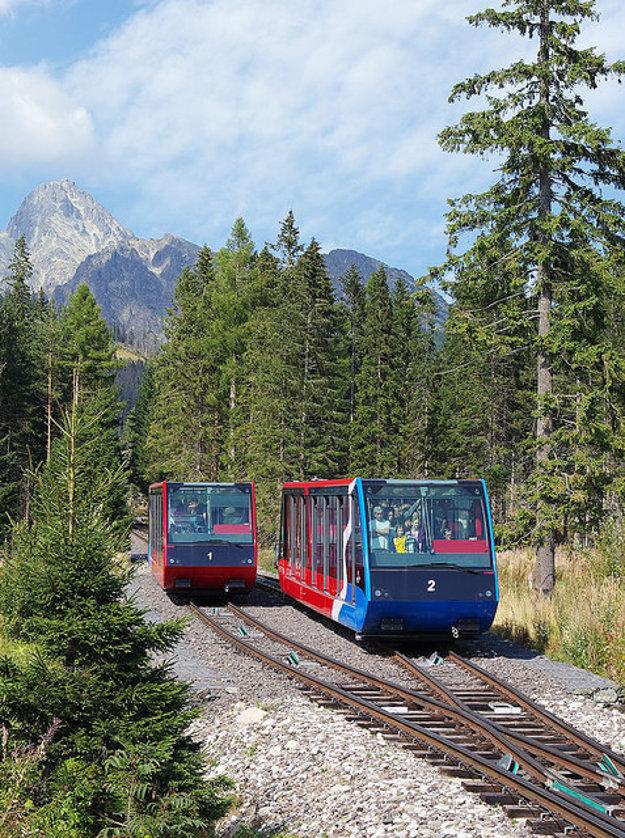 Súpravy pozemnej lanovky na Hrebienok sa v strede trasy vyhýbajú.