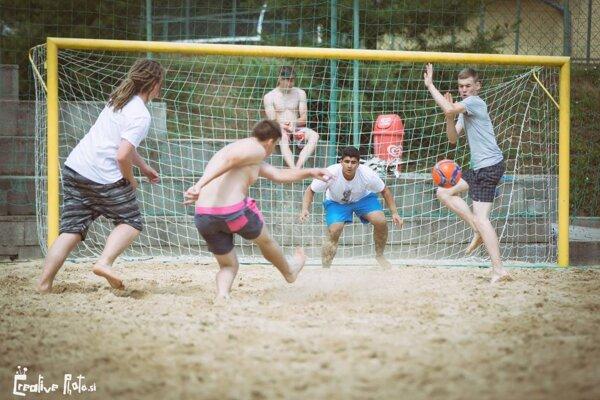 Jednou z disciplín bol aj plážový futbal
