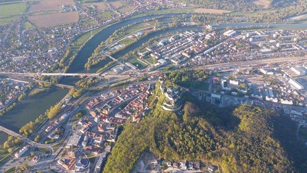 Pohľad na Trenčiansky hrad z balóna.